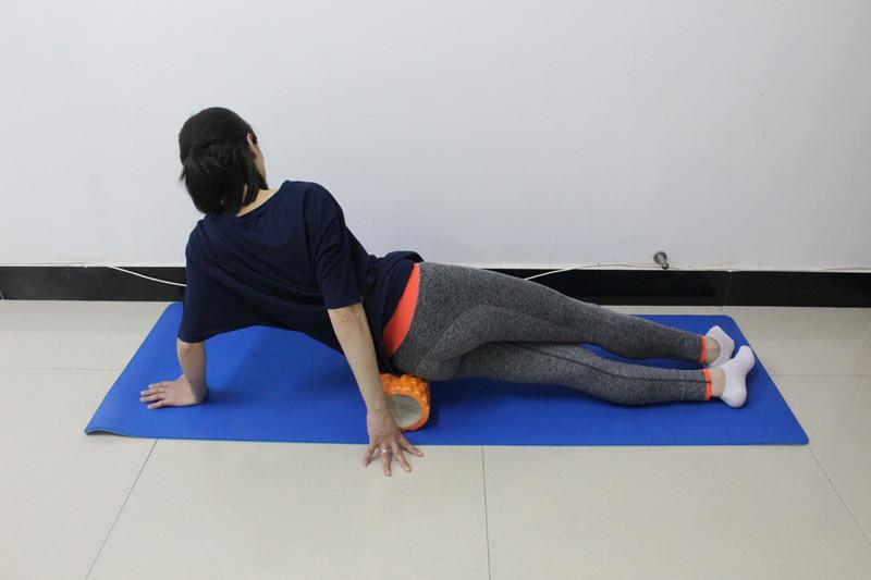con lăn yoga giúp massage cơ thể