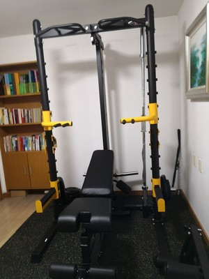Anh khách tại Hà Nội tận dụng phòng đọc sách để tập gym